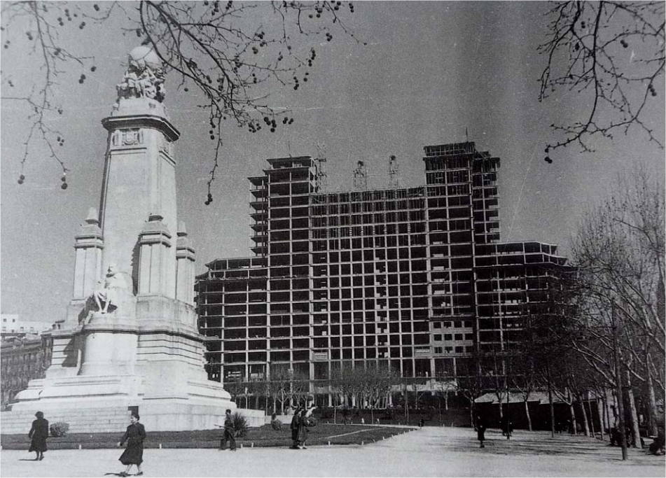 La estructura del edificio España al descubierto, en 1950